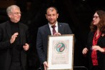 Raed al-Saleh, director de Defensa Civil Siria, Raed Saleh, recibió el Nobel Alternativo a nombre de los cascos blancos. FOTO Reuters