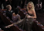 Saltar las sillas no fue impedimento para Jennifer Lawrence. FOTO Reuters