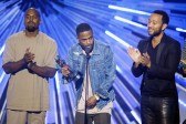 Kanye West, Big Sean y John Legend recibieron el premio como el mejor vídeo con mensaje social con One Man Can Change the World. FOTO AFP