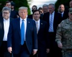 El presidente de Estados Unidos, Donald Trump, camina junto al fiscal general de Estados Unidos, William Barr (izq.) y el secretario de Defensa de Estados Unidos, Mark Esper (derecha). FOTO AFP