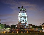 Se proyecta una fotografía de George Floyd en una estatua del general confederado Robert E. Lee en Monument Avenue en Richmond, Virginia, EE. UU. Foto: EFE