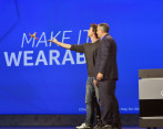 Brian Krzanich, CEO de Intel, mostró Nixie, el proyecto ganador de la competencia 'Make it Wearable' y la primera cámara vestible que vuela. FOTO: INTEL CORPORATION
