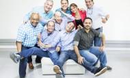 Parte del grupo de humoristas, junto a la gerente Mabel López, que tendrán a su cargo la franja de humor de Teleantioquia, de lunes a jueves, a las 8 p.m. FOTO Mario Valencia