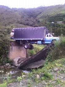 Camión quedó colgando de puente en Carmen de Atrato, Chocó - El Colombiano