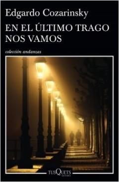 Portada del libro de cuentos <i>En el último trago nos vamos</i> de <i>Edgardo Cozarinsky.</i> Foto: Tusquets.
