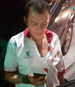 El agente de tránsito terminó con su camisa manchada de sangre. FOTO CORTESÍA