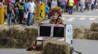 Locura y fiesta en el Festival de Carros de Rodillos
