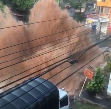 Así fue la columna de agua que produjo la ruptura del tubo madre en Barrio Nuevo, municipio de Bello. FOTO CORTESÍA