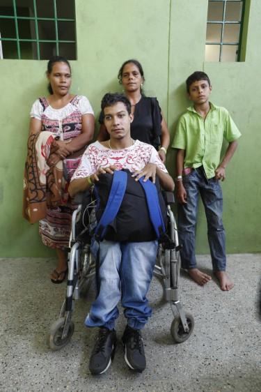 Familias evacuadas de Puerto Valdivia con las únicas pertenencias que pudieron sacar de sus casas durante la emergencia de Hidroituango. Familia Chavarria Torres. Foto: Manuel Saldarriaga.