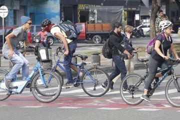 """Es Medellín la única ciudad donde le exigen """"papeles"""" a los ciclistas?"""