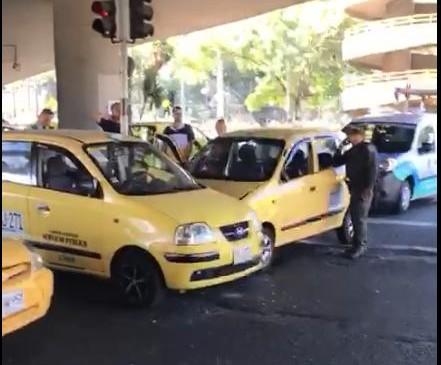 El choque en Punto Cero no dejó heridos, pero, según autoridades, uno de los conductores estaba en aparente estado de embriaguez. Foto: cortesía Guardianes Antioquia, tomada de video