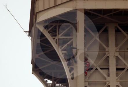 Evacúan la Torre Eiffel debido a un hombre visto escalando el monumento
