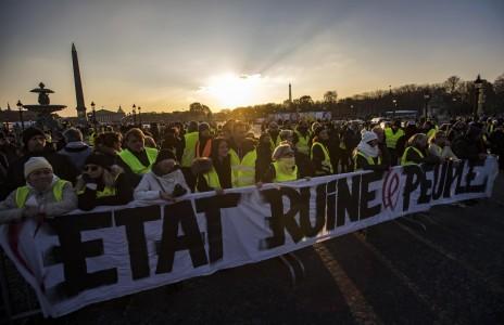 Francia protesta por aumento en precio de los combustibles