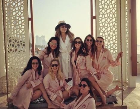 Durante su estadía en Dubai el grupo de amigas subió una foto en redes sociales. En el centro, de blanco, aparece Mina Basaran, quien se casaría. Foto tomada de Instagram / Minabasaran