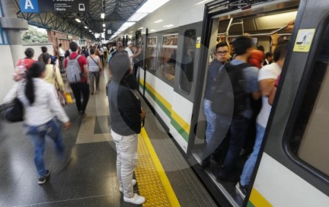 Evacuación de tren del metro en exposiciones
