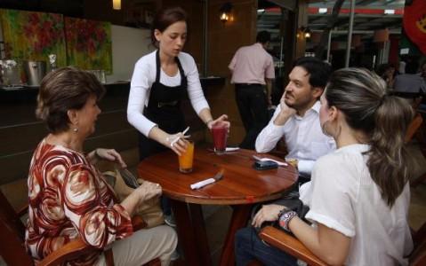 Dueños de bares deberán darle las propinas al personal de servicio