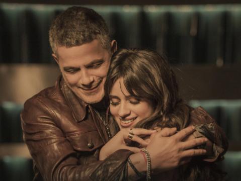 Estrenan Camila Cabello y Alejandro Sanz video musical