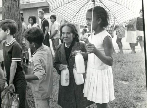Ser el elegido para comprar la leche era una responsabilidad porque las botellas eran escasas y costosas. FOTO hERVASQUEZ 1971