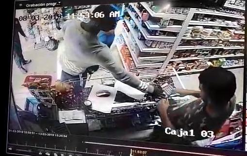 Joven afro agredido en Medellín, fue capturado por cámaras de seguridad tratando de robar. FOTO CAPTURA DE VIDEO