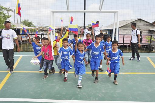 La primera cancha de fútbol sobre agua de Colombia está en ...