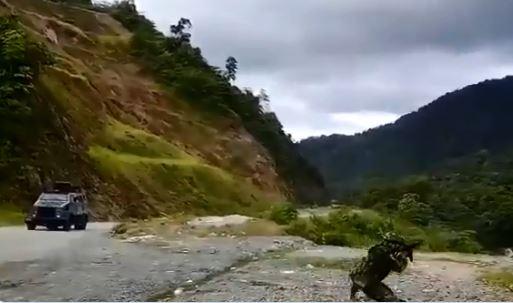 En la imagen se ve cómo un militar apunta hacia las montañas con su arma para repeler el ataque. FOTO Captura de video