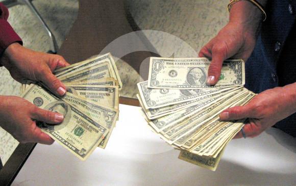 La moneda de EE.UU. alcanzó una tasa representativa del mercado de 3.053 pesos. Fluctuará en la medida en que se mantengan las coyunturas. FOTO ARCHIVO