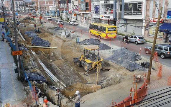 El tramo 2A de Metroplús, en el municipio de Envigado, lleva dos años en ejecución y aún no está listo. El tramo 2B sigue en vilo por orden judicial, tras la petición ciudadana de no afectar los árboles del túnel verde. FOTO Manuel Saldarriaga