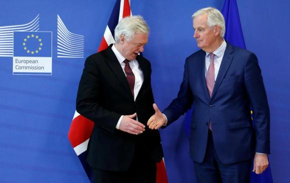 El representante británico para la UE, David Davis, y el negociador de la UE, Michel Barnier, posan tras la reunión en Bruselas que dejó establecidos los nuevos tiempos del Brexit. FOTO AFP