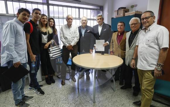 """El precandidato Enrique Olano sostiene el documento con el que inscribió su grupo """"Actúa por Medellín"""". FOTO manuel saldarriaga"""