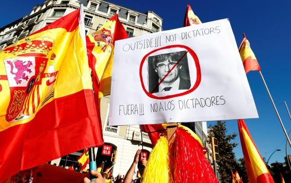 la multitud gritaba arengas en contra del presidente Carles Puigdemont. FOTO REUTERS