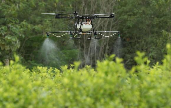 La iniciativa comenzará con dos drones, con capacidad para fumigar hasta tres hectáreas de cultivos ilícitos en un día. FOTO: AGENCIA EFE