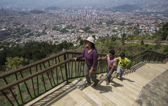 Desde los senderos y parques que recorren y rodean la parte alta de la comuna 8, en Medellín, se contempla la ciudad con sus contrastes urbanos. FOTO manuel saldarriaga y santiago mesa