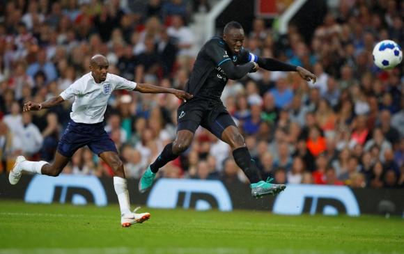 Bolt cumple su sueño de marcar gol en el Old Trafford