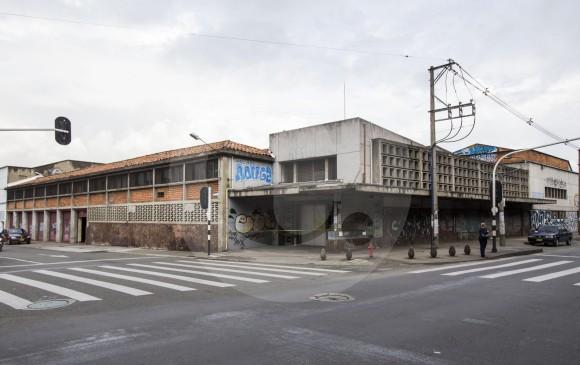 La antigua sede de la Editorial Bedout, en la carrera 51 (Bolívar) con calle 61, dará paso a la nueva edificación que alojará a la Facultad Nacional de Salud Pública de la U. de A. Hoy alberga los carros de una funeraria. FOTO JULIO CÉSAR HERRERA