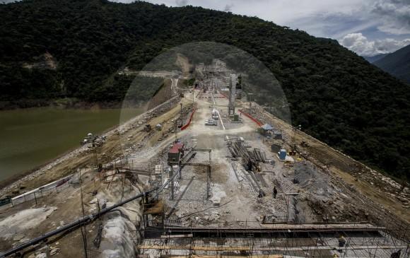 El fortalecimiento de la presa, con la construcción de una pantalla de concreto plástica en su interior, es uno de los frentes de obra actuales para retomar el control del megaproyecto. FOTO JAIME PÉREZ