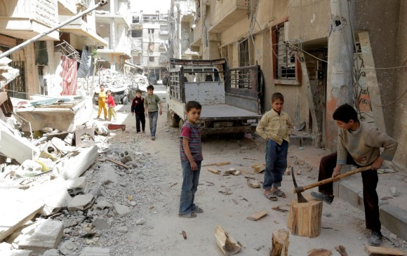 En Duma algunos niños juegan en lo que queda tras los bombardeos y ataques con armas químicas en Duma, Siria. Allí tampoco lograron entrar los expertos de la Organización para la Prohibición de Armas Químicas. EFE
