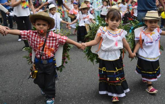 Silleteritos desfilaron para mantener la tradici n for Silletas para ninos