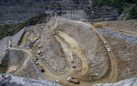 Aunque ya los constructores lograron levantar la presa por encima de la cota 410 EPM sigue sin poder controlar lo que pasa en uno de los túneles de desviación del río