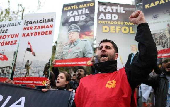 En Estambul, Turquía, y en otras plazas del mundo miles de personas han protestado en contra del ataque a las bases militares sirias. FOTO: EFE