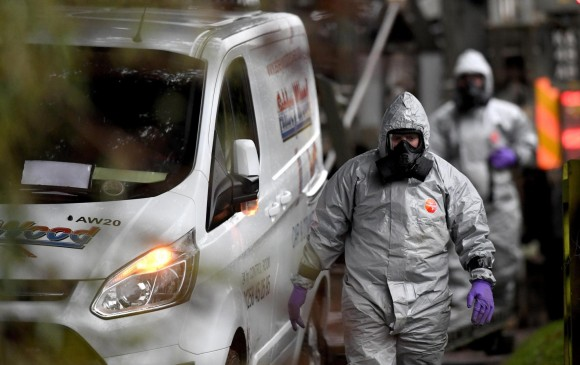 Miembros de las Fuerzas Armadas con trajes especiales investigan cerca de Salisbury, Reino Unido, el envenenamiento del espía doble Sergei Skripal y su hija con un agente nervioso, el pasado 4 de marzo. FOTO EFE