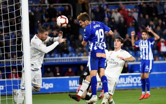 Manu García de cabeza marcó para la victoria de Alavés sobre el Real Madrid, que está en crisis. FOTO EFE