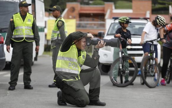 Agente de polícia a la captura de buenos momentos.