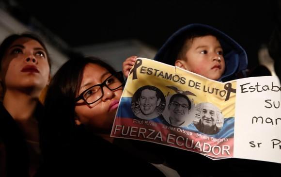 Periodistas y pobladores ecuatorianos manifestaron su pesar en la Plaza de la Independencia. FOTO: EFE