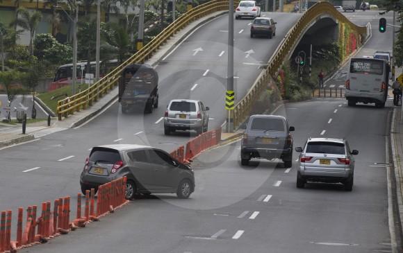 Al salir del centro comercial, algunos autos atraviesan la transversal Inferior, violando restricciones viales. FOTO donaldo zuluaga