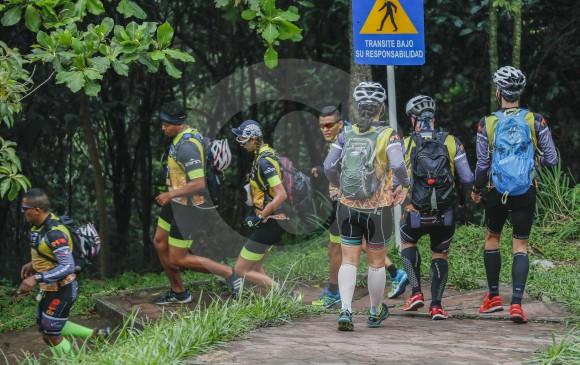 Como hormiguitas, así trabajan en la carrera para poder cumplir con la tarea de llegar a la meta.