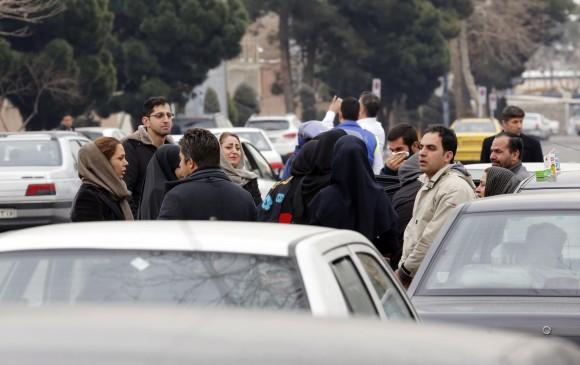 Los parientes de los pasajeros están a la espera de que encuentren el avión siniestrado. FOTO AFP