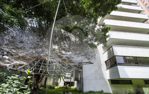 Las antenas, las rejas, y las ventanas del inmueble se han oxidado por falta de mantenimiento.