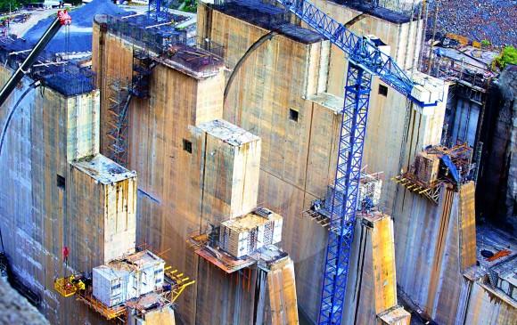 Torres que forman el vertedero por donde saldrá el agua luego de usarse.