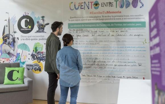 Varios lectores escribieron en un muro una historia, de forma colectiva, por invitación de EL COLOMBIANO. FOTO Camilo Suárez.