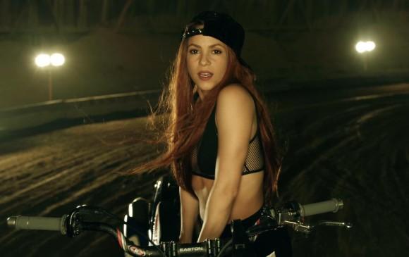 El romántico beso que desmiente todo rumor de separación — Shakira y Piqué